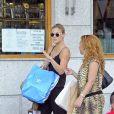 Exclusif - Bar Refaeli fait du shopping avec une amie à Madrid. Le 25 juin 2013.