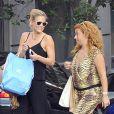 Exclusif - Bar Refaeli en pleine séance shopping avec une amie à Madrid. Le 25 juin 2013.