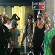 """Angelina Jolie et ses fils Pax et Maddox lors de leur arrivée à l'aéroport international d'Honolulu. Toute la famille d'Angelina Jolie devrait la rejoindre le temps de la durée du tournage de son nouveau film """"Unbroken"""", qui se déroulera sur l'île d'Oahu à Hawaï. Photo prise le 7 juillet 2013."""