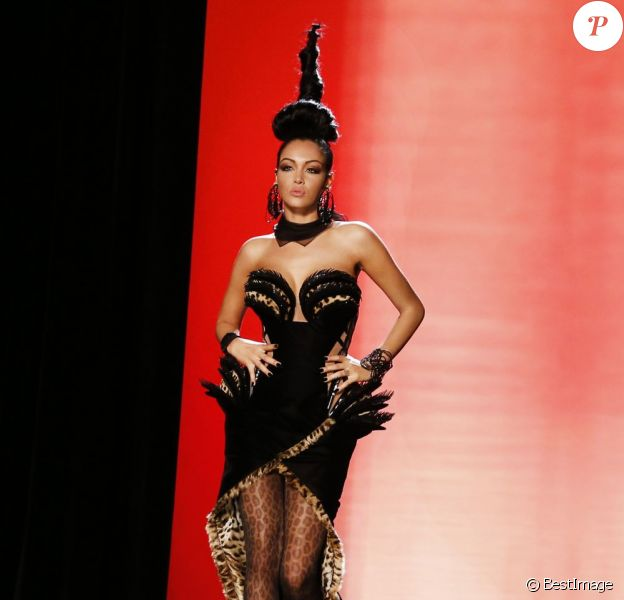 Nabilla : la bombe défile pour Jean-Paul Gaultier lors de la Fashion Week haute couture automne-hiver 2013-2014 à Paris, le 3 juillet 2013