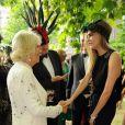 Mario Testino présentant Cara Delevingne à la duchesse de Cornouailles lors de la réception organisée à Clarence House le 9 juillet 2013 par le prince Charles et Camilla Parker Bowles en faveur de The Elephant Family.