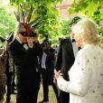 Mario Testino face à la duchesse de Cornouailles lors de la réception organisée à Clarence House le 9 juillet 2013 par le prince Charles et Camilla Parker Bowles en faveur de The Elephant Family.