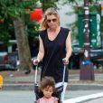 Ellen Pompeo se promène avec sa fille Stella Luna Ivery, dans les rues de New York, le 12 juillet 2013.