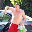 Exclusif - Chaz Bono, torse nu, rentre chez lui à Beverly Hills le 15 juillet 2013.
