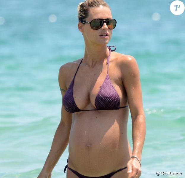 Michelle Hunziker, enceinte, se baigne lors de ses vacances à Ibiza, le 18 juillet 2013.