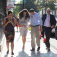 Alors que la pression monte autour du royal baby, des sosies de Kate Middleton et du prince William rejouent la scène de l'arrivée à la clinique de la duchesse de Cambridge enceinte à Londres, le 19 juillet 2013.