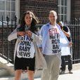 Tandis que la pression monte autour du royal baby, des sosies de Kate Middleton et du prince William rejouent la scène de l'arrivée à la clinique de la duchesse de Cambridge enceinte à Londres, le 19 juillet 2013.