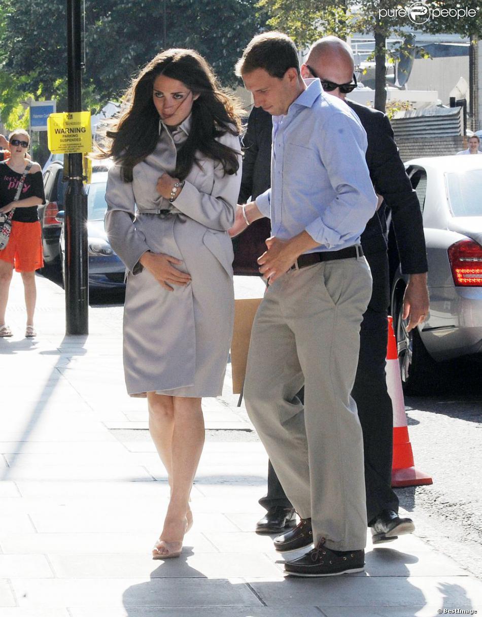 Des sosies de Kate Middleton et du prince William rejouent la scène de l'arrivée à la clinique de la duchesse de Cambridge, à Londres le 19 juillet 2013.