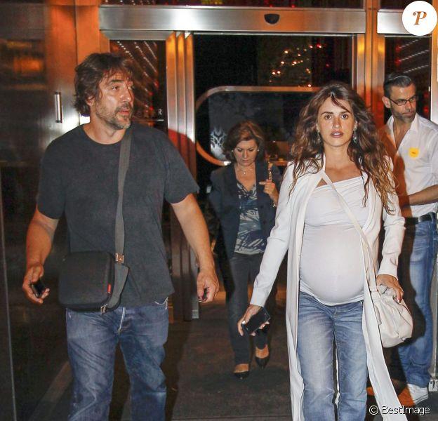 Penélope Cruz (enceinte) et Javier Bardem sont allés diner en famille au restaurant à Madrid, le 20 juillet 2013.
