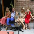 Le roi Willem-Alexander et la reine Maxima des Pays-Bas, en famille, accueillaient le 19 juillet 2013 comme chaque année la presse dans leur résidence, la Villa Eikenhorst à Wassenaar, pour une séance photo marquant le début des vacances d'été de la famille royale. Leurs trois filles, les princesses Catharina-Amalia, Alexia et Ariane, connaissant bien l'exercice, auquel s'est également prêté leur chien, Skipper.