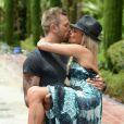 """Benjamin et Aurélie des Anges de la télé-réalité 5, plus amoureux que jamais, posent lors d'un rendez-vous à l'hôtel """"Le Méridien"""" à Marrakech, le 27 mai 2013. Le bisou !"""