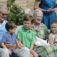 Le prince Henrik sur les genoux du prince... Henrik, Christian et Isabella autour de Margrethe. La famille royale de Danemark en séance photo le 26 juillet 2013 pour les médias dans le parc du château de Grasten, résidence d'été royale. Autour de la reine Margrethe II et du prince Henrik, le prince Frederik et la princesse Mary, et le prince Joachim et la princesse Marie, avec tous leurs enfants, ainsi que la princesse Benedikte, le prince Gustav et la princesse Alexandra de Sayn-Wittgenstein-Berleburg, et la reine Anne-Marie de Grèce étaient rassemblés.