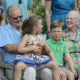 Christian et Isabella prêts pour la photo avec leurs grands-parents. La famille royale de Danemark en séance photo le 26 juillet 2013 pour les médias dans le parc du château de Grasten, résidence d'été royale. Autour de la reine Margrethe II et du prince Henrik, le prince Frederik et la princesse Mary, et le prince Joachim et la princesse Marie, avec tous leurs enfants, ainsi que la princesse Benedikte, le prince Gustav et la princesse Alexandra de Sayn-Wittgenstein-Berleburg, et la reine Anne-Marie de Grèce étaient rassemblés.