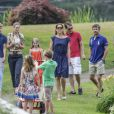 La famille royale de Danemark arrive pour la séance photo pour la presse le 26 juillet 2013 dans le parc du château de Grasten, résidence d'été royale. Autour de la reine Margrethe II et du prince Henrik, le prince Frederik et la princesse Mary, et le prince Joachim et la princesse Marie, avec tous leurs enfants, ainsi que la princesse Benedikte, le prince Gustav et la princesse Alexandra de Sayn-Wittgenstein-Berleburg, et la reine Anne-Marie de Grèce étaient rassemblés.