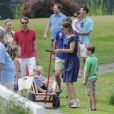 La princesse Mary récupère le manche. La famille royale de Danemark en séance photo le 26 juillet 2013 pour les médias dans le parc du château de Grasten, résidence d'été royale. Autour de la reine Margrethe II et du prince Henrik, le prince Frederik et la princesse Mary, et le prince Joachim et la princesse Marie, avec tous leurs enfants, ainsi que la princesse Benedikte, le prince Gustav et la princesse Alexandra de Sayn-Wittgenstein-Berleburg, et la reine Anne-Marie de Grèce étaient rassemblés.