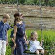 Joséphine s'en balance, de la séance photo ! La famille royale de Danemark en séance photo le 26 juillet 2013 pour les médias dans le parc du château de Grasten, résidence d'été royale. Autour de la reine Margrethe II et du prince Henrik, le prince Frederik et la princesse Mary, et le prince Joachim et la princesse Marie, avec tous leurs enfants, ainsi que la princesse Benedikte, le prince Gustav et la princesse Alexandra de Sayn-Wittgenstein-Berleburg, et la reine Anne-Marie de Grèce étaient rassemblés.