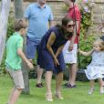 La princesse Mary rappelle les troupes pour la photo. La famille royale de Danemark en séance photo le 26 juillet 2013 pour les médias dans le parc du château de Grasten, résidence d'été royale. Autour de la reine Margrethe II et du prince Henrik, le prince Frederik et la princesse Mary, et le prince Joachim et la princesse Marie, avec tous leurs enfants, ainsi que la princesse Benedikte, le prince Gustav et la princesse Alexandra de Sayn-Wittgenstein-Berleburg, et la reine Anne-Marie de Grèce étaient rassemblés.