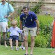 Le prince Frederik surveille le prince Vincent. La famille royale de Danemark en séance photo le 26 juillet 2013 pour les médias dans le parc du château de Grasten, résidence d'été royale. Autour de la reine Margrethe II et du prince Henrik, le prince Frederik et la princesse Mary, et le prince Joachim et la princesse Marie, avec tous leurs enfants, ainsi que la princesse Benedikte, le prince Gustav et la princesse Alexandra de Sayn-Wittgenstein-Berleburg, et la reine Anne-Marie de Grèce étaient rassemblés.