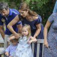 La princesse Mary place ses enfants. La famille royale de Danemark en séance photo le 26 juillet 2013 pour les médias dans le parc du château de Grasten, résidence d'été royale. Autour de la reine Margrethe II et du prince Henrik, le prince Frederik et la princesse Mary, et le prince Joachim et la princesse Marie, avec tous leurs enfants, ainsi que la princesse Benedikte, le prince Gustav et la princesse Alexandra de Sayn-Wittgenstein-Berleburg, et la reine Anne-Marie de Grèce étaient rassemblés.