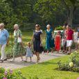 La famille royale de Danemark arrive pour sa séance photo pour la presse le 26 juillet 2013 dans le parc du château de Grasten, résidence d'été royale. Autour de la reine Margrethe II et du prince Henrik, le prince Frederik et la princesse Mary, et le prince Joachim et la princesse Marie, avec tous leurs enfants, ainsi que la princesse Benedikte, le prince Gustav et la princesse Alexandra de Sayn-Wittgenstein-Berleburg, et la reine Anne-Marie de Grèce étaient rassemblés.