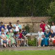 Le petit oiseau va sortir. La famille royale de Danemark en séance photo le 26 juillet 2013 pour les médias dans le parc du château de Grasten, résidence d'été royale. Autour de la reine Margrethe II et du prince Henrik, le prince Frederik et la princesse Mary, et le prince Joachim et la princesse Marie, avec tous leurs enfants, ainsi que la princesse Benedikte, le prince Gustav et la princesse Alexandra de Sayn-Wittgenstein-Berleburg, et la reine Anne-Marie de Grèce étaient rassemblés.