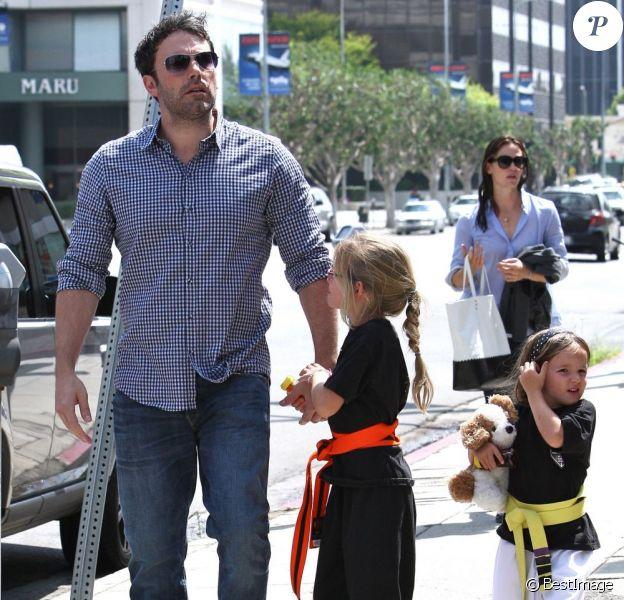 Ben Affleck et Jennifer Garner avec leurs filles Seraphina et Violet après un cours de karaté à Santa Monica (Los Angeles), le 26 juillet 2013. Dans cette photo : Jennifer Garner reste loin derrière son mari et ses enfants