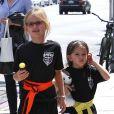 Ben Affleck et Jennifer Garner avec leurs filles Seraphina et Violet après un cours de karaté à Santa Monica (Los Angeles), le 26 juillet 2013. Dans cette photo : les fillettes sont toujours craquantes
