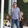 Ben Affleck et Jennifer Garner avec leurs filles Seraphina et Violet après un cours de karaté à Santa Monica (Los Angeles), le 26 juillet 2013. Dans cette photo : Ben Affleck est un papa poule