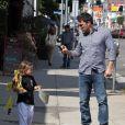 Ben Affleck et Jennifer Garner avec leurs filles Seraphina et Violet après un cours de karaté à Santa Monica (Los Angeles), le 26 juillet 2013. Dans cette photo : Ben immortalise sa fille en photo