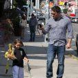 Ben Affleck et Jennifer Garner avec leurs filles Seraphina et Violet après un cours de karaté à Santa Monica (Los Angeles), le 26 juillet 2013. Dans cette photo : Ben est fière de sa fille