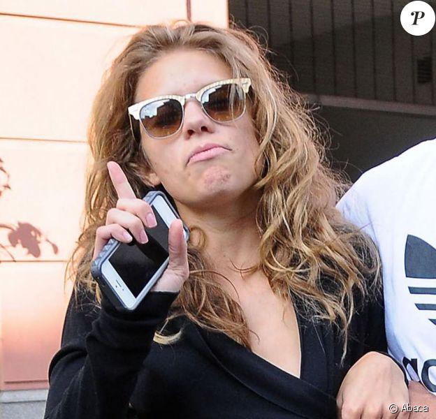 La comédienne AnnaLynne McCord, totalement déboussolée et étourdie à la sortie du dentiste, est accompagnée par son compagnon Dominic Purcell, à Beverly Hills, le 26 juillet 2013