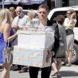 Michael Bublé et sa femme Luisana Lopilato, enceinte, ont organisé une  baby shower  à la Vancouver Art Gallery, le 28 juillet 2013. Le chanteur a porté les cadeaux donnés par les invités.