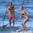 Ireland Baldwin et son petit ami Slater Trout font du surf à Hawaii, le 26 mai 2013.