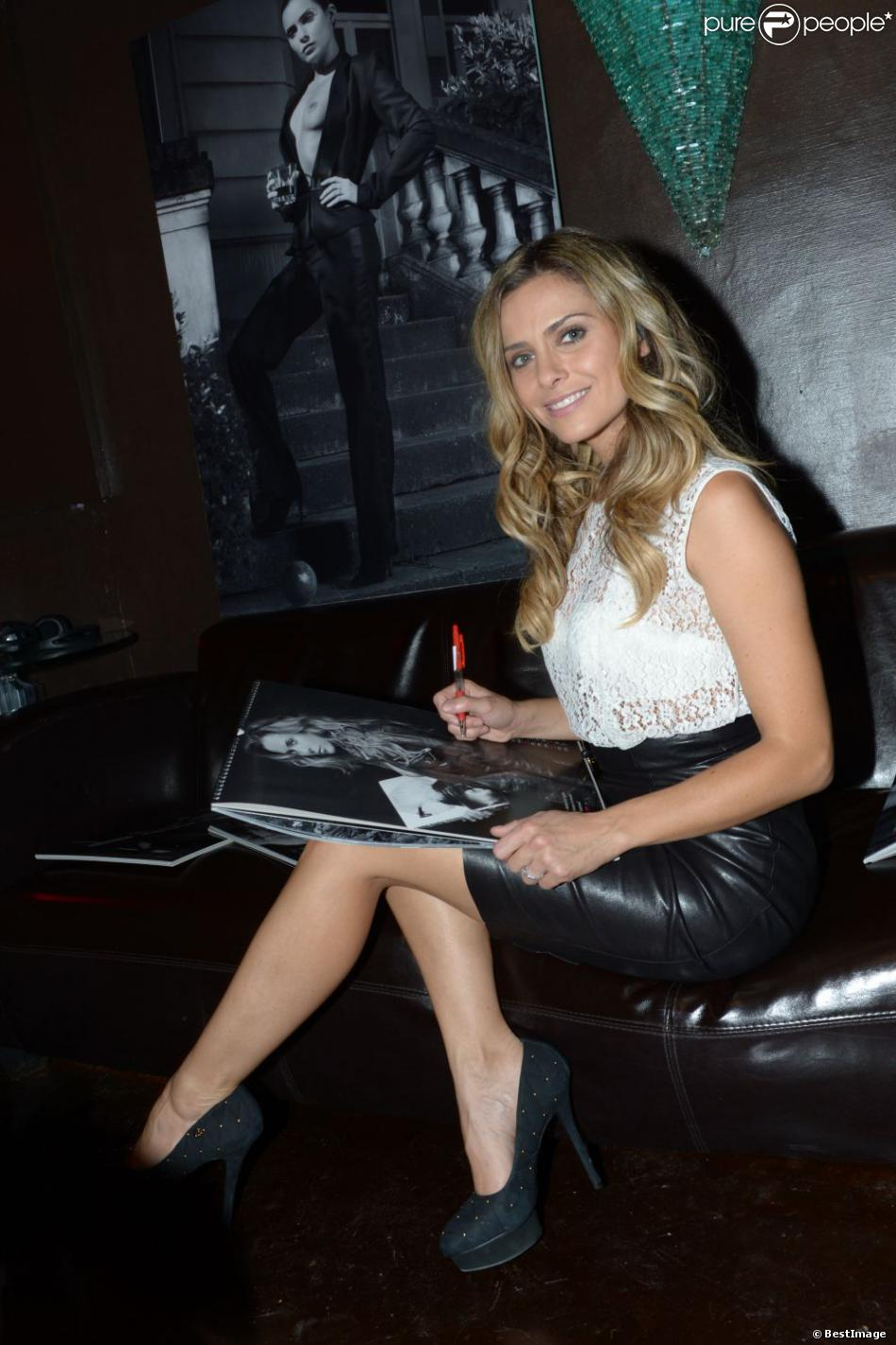 Clara morgane dedicace son calendrier 2013 aux salons du for Calendrier salon paris
