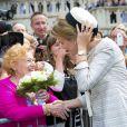 La reine Mathilde ravie de l'accueil mais à la lutte avec son chapeau ! La famille royale de Belgique, menée par le roi Philippe et la reine Mathilde, s'est rassemblée en la cathédrale des Saints Michel-et-Gudule de Bruxelles le 31 juillet 2013 pour une messe à la mémoire du regretté roi Baudouin au 20e anniversaire de sa mort.