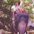 Yoann Huget et son épouse Fanny Veyrac à dos d'éléphant lors de leur voyage de noces en Thaïlande en juillet 2013