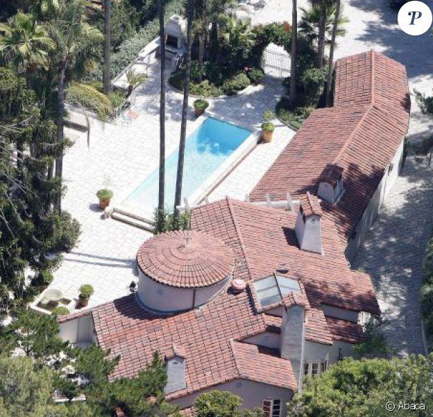 Katy Perry possède deux maisons voisines dans le quartier de Hollywood Hills à Los Angeles. Elle fait actuellement des travaux dans l'une d'entre elles, achetée pour 4,3 millions de dollars.
