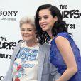 Katy Perry et sa grand-mère Ann Hudson à la première du film Les Schtroumpfs 2, à Westwood, le 28 juillet 2013.