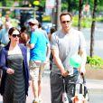 Vince Vaughn et sa femme Kyla Weber et leur fille Locklyn dans les rues de Los Angeles, le 25 juin 2012.