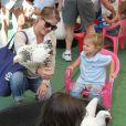 """""""L'actrice Selma Blair emmène son fils Arthur au Farmers Market, à Studio City, le 11 août 2013"""""""