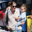 """""""La jolie Selma Blair emmène son fils Arthur au Farmers Market, à Studio City, le 11 août 2013"""""""