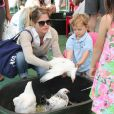 """Selma Blair emmène son garçon Arthur au Farmers Market, à Studio City, le 11 août 2013"""