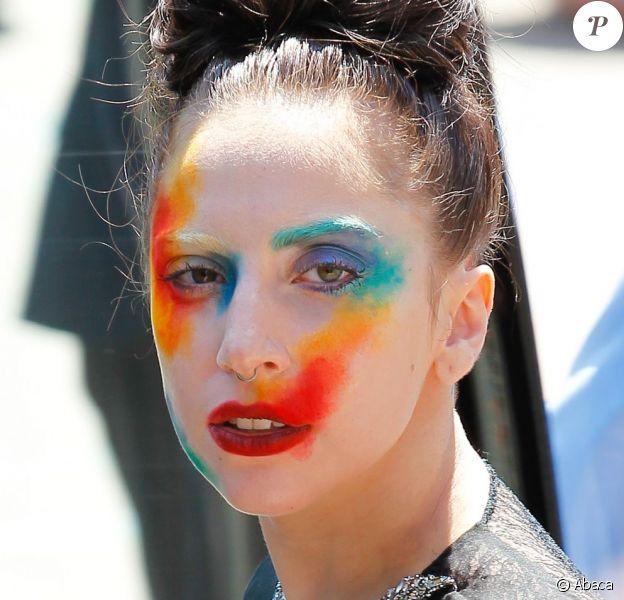 Lady Gaga se rend sur le plateau de l'animateur Ryan Seacrest, à Los Angeles, le 12 août 2013.