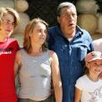 Jean-Pierre Castaldi avec sa femme Corinne et leurs enfants Giovanni et Paola au Parc Astérix, à Paris, le 18 juin 2005.