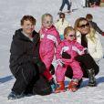 Le prince Friso d'Orange-Nassau et la princesse Mabel avec leurs filles Luana et Zaria le 19 février 2011 à Lech. Fils cadet de la princesse Beatrix, le prince Friso est mort le 12 août 2013 à 44 ans à La Haye, un an et demi après avoir sombré dans le coma suite à un accident de ski survenu en Autriche le 17 février 2012.