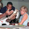 La princesse Diana en Angola, se faisant expliquer le travail de déminage effectué par The HALO Trust, en janvier 1997.
