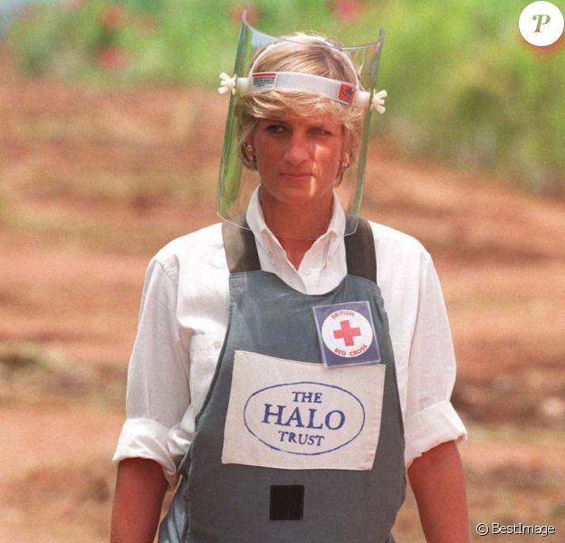 Lady Diana en Angola en janvier 1997, découvrant le travail de déminage de HALO et les actions de la Croix Rouge.