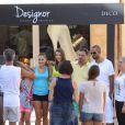 Tony Parker, en vacances avec sa fiancée Axelle Francine à Saint-Tropez, prend une photo avec des inconnus. Le 20août 2013.
