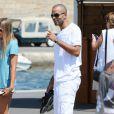 Tony Parker profite de vacances à Saint-Tropez, avec des amis et sa fiancée Axelle Francine. Le 18 aout 2013.