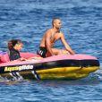 Tony Parker et une amie s'éclatent en pleine mer à Saint-Tropez, le 18 aout 2013.